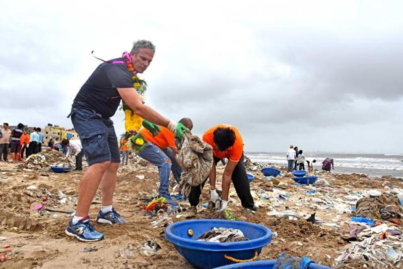 lewis-pugh-at-versova-jetty-clean-up_99d62dba-5bf5-11e6-92e9-543a978214ab